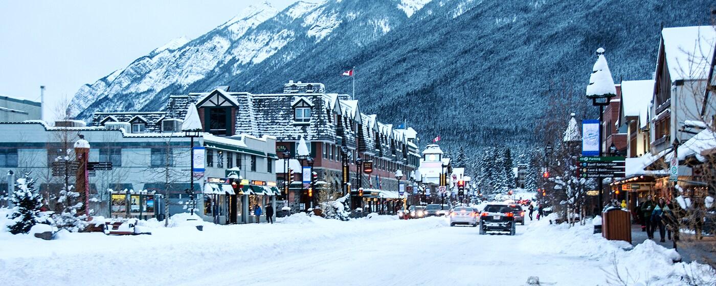 Village de Banff sous la neige avec le Mont Norquay - Canada