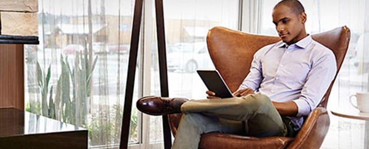 Hotel com áreas de trabalho versáteis e confortáveis