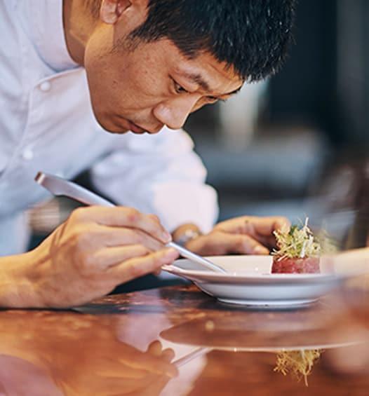 imagem de chef de sushi montando um prato | link para o JW Marriott Hotel Zhengzhou
