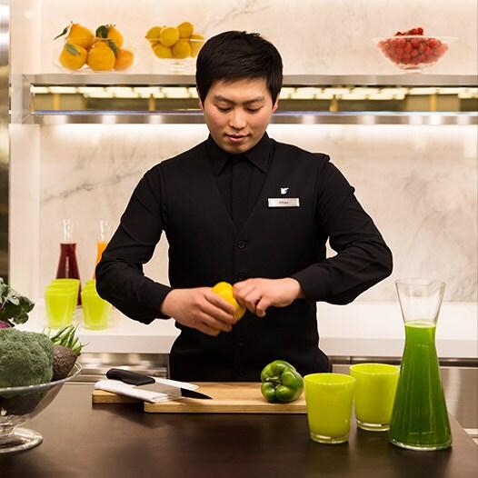 Kellner in der JW Marriott® Dongdaemun Square Seoul Saftbar/Link zur Spa Seite des Hotels
