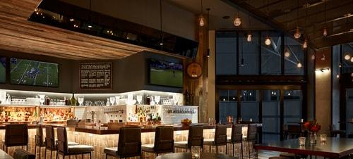 Bar de l'hôtel avec éclairage d'ambiance