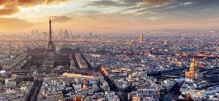 Vue panoramique d'un coucher de soleil sur Paris, avec la Tour Eiffel au centre