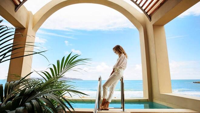 Femme debout à côté de la piscine