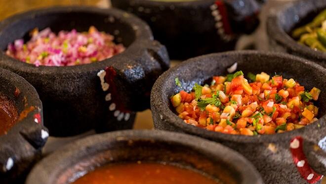 Salsa y comida en la mesa