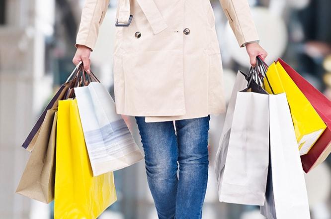 ショッピングバッグを持っている女性。