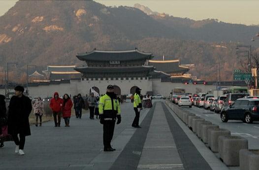 韓国ソウルの南大門近くの歩行者と行き来する自動車
