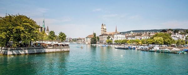 Zurich, en Suisse, et la rivière Limmat durant une belle journée d'été