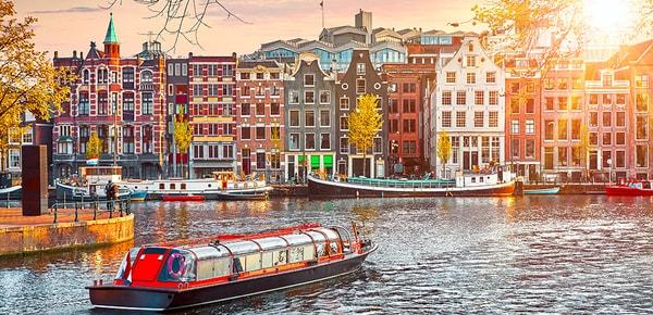 Fleuve Amstel et maisons typiques, Amsterdam, Pays-Bas