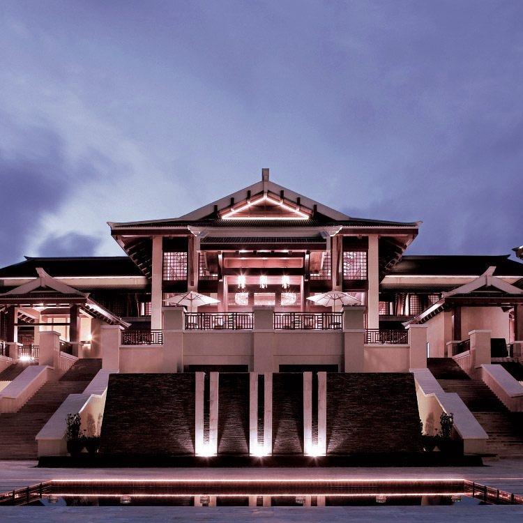 Äußeres eines Ritz - Carlton Hotels mit überdachtem Balkon, der an 3 modernen Säulen aufgehängt ist