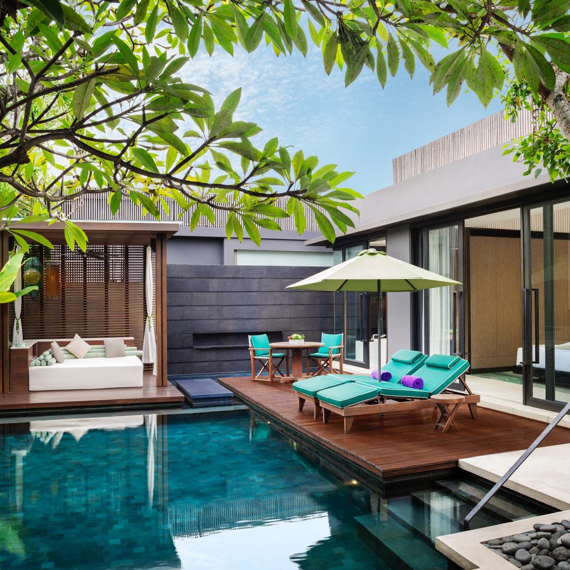 Terrasse mit Loungen über einem Außenpool