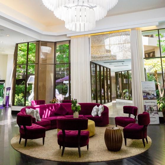 Kreisförmig aufgestellte Stühle in einer weiträumigen Hotellobby