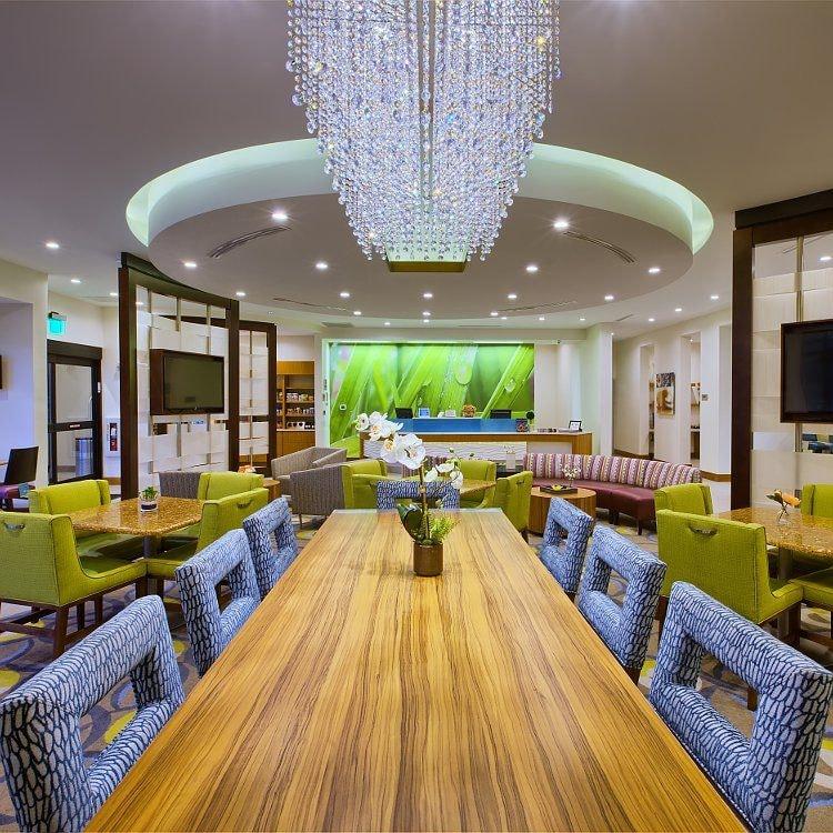 Malerische Hotellounge mit Sitzgelegenheiten, Gemeinschaftstisch und Kandelaber
