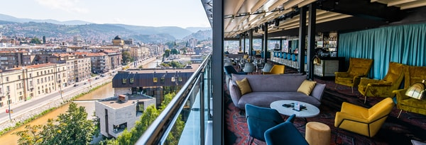 Lounge deck bar com vista para Sarajevo