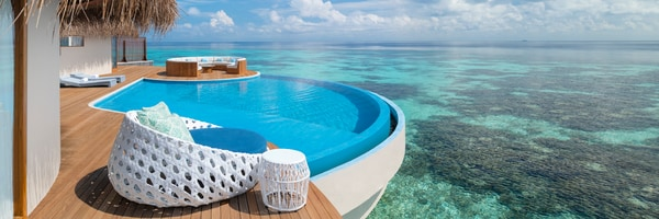 Suíte W Maldives com piscina privativa com vista para o mar cristalino.