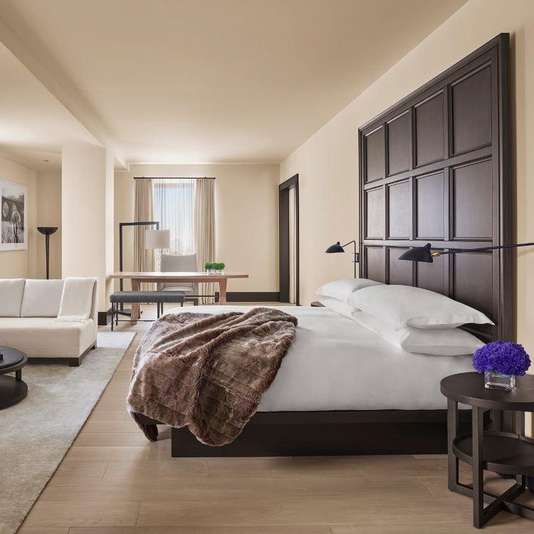 Ein großes modernes Gästezimmer mit elegantem Ledersofa und einem Schreibtisch