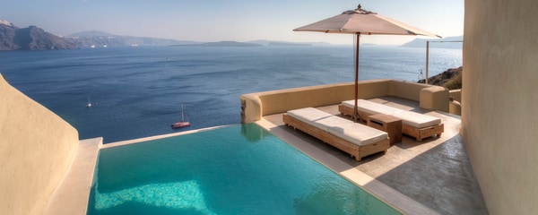 Private guest patio with small infinity pool overlooking the sea