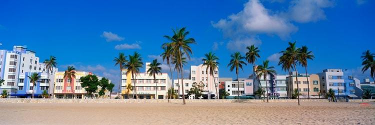 Edificios de estilo art deco alinean la playa en South Beach, Miami