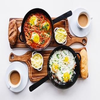 Huevos de desayuno con café para dos.