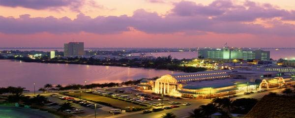 Cancún de noche y sus edificios iluminados invitan a bailar y disfrutar