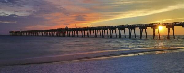 Muelle M.B. Miller County en la soleada Panama City Beach, Florida