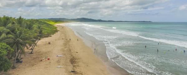 Playa en Guanacaste, destino perfecto para surfear en Costa Rica
