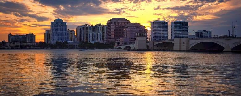 La soleada Palm Beach, rodeada de playas y edificios clásicos, perfecta para un atardecer cálido