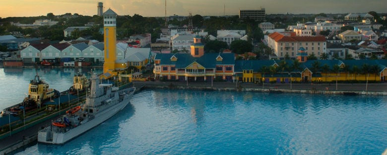 Vista de la ciudad de Nassau, joya turquesa de las paradisiacas Bahamas