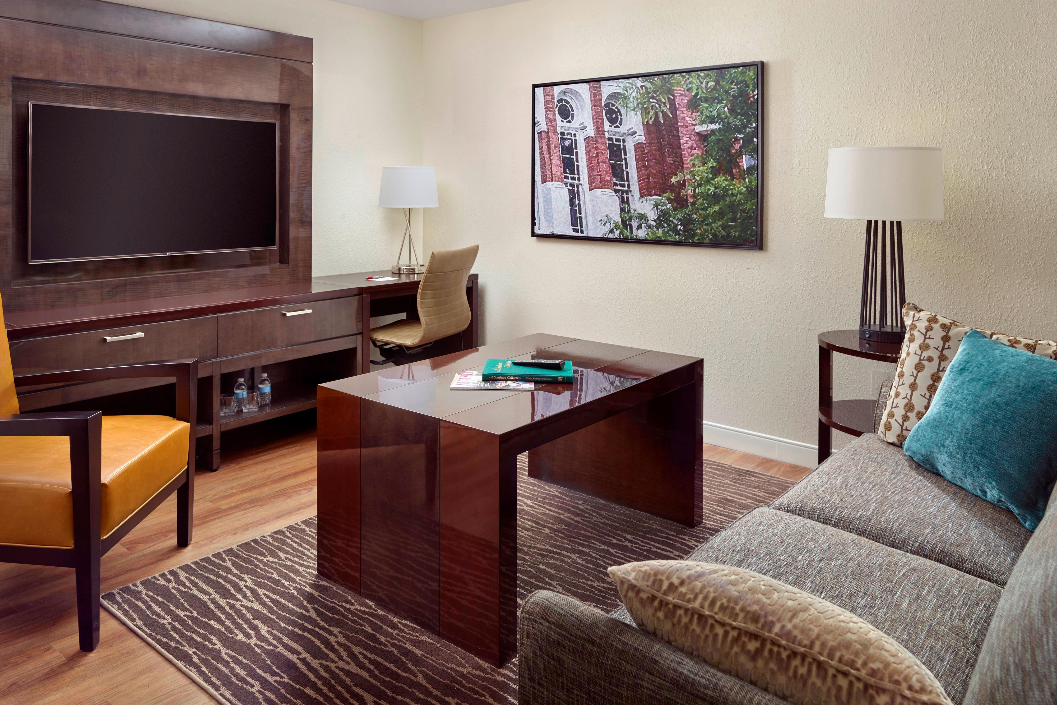 Área de estar de la Suite Grand con cama tamaño King - Torre de las suites