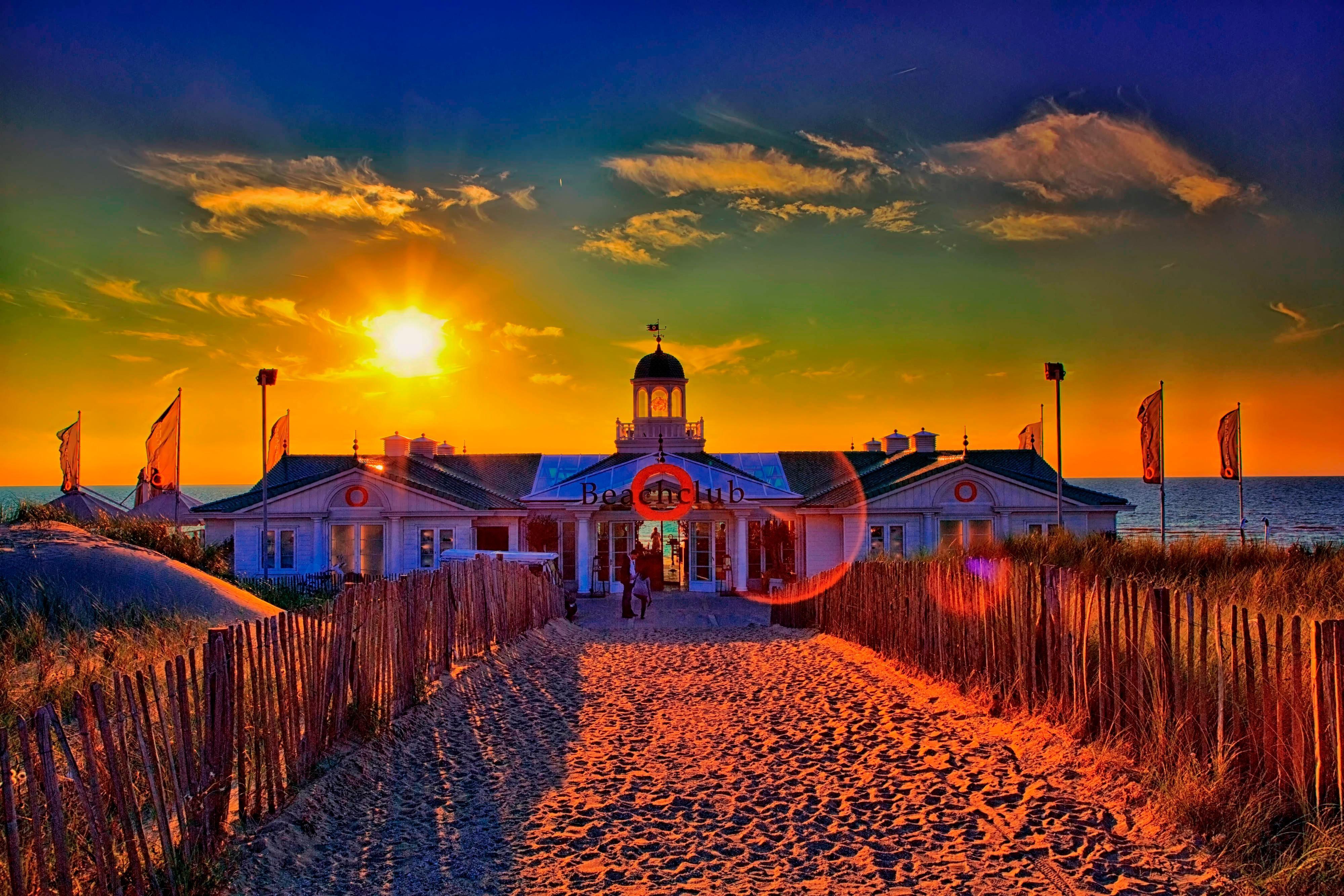 Coucher de soleil estival sur le club de plage ouvert toute l'année