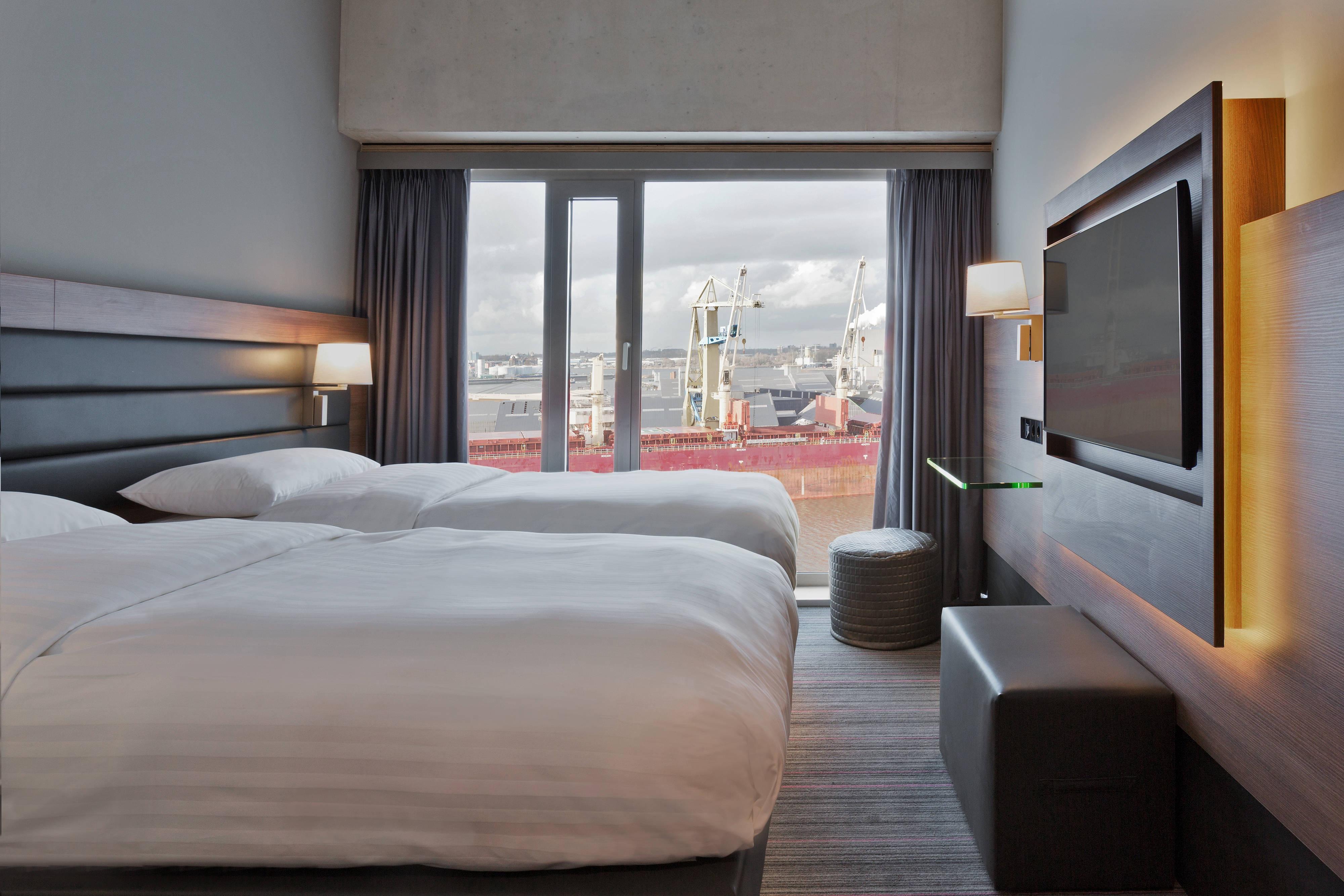 Chambre Moxy avec deux lits simples, vue