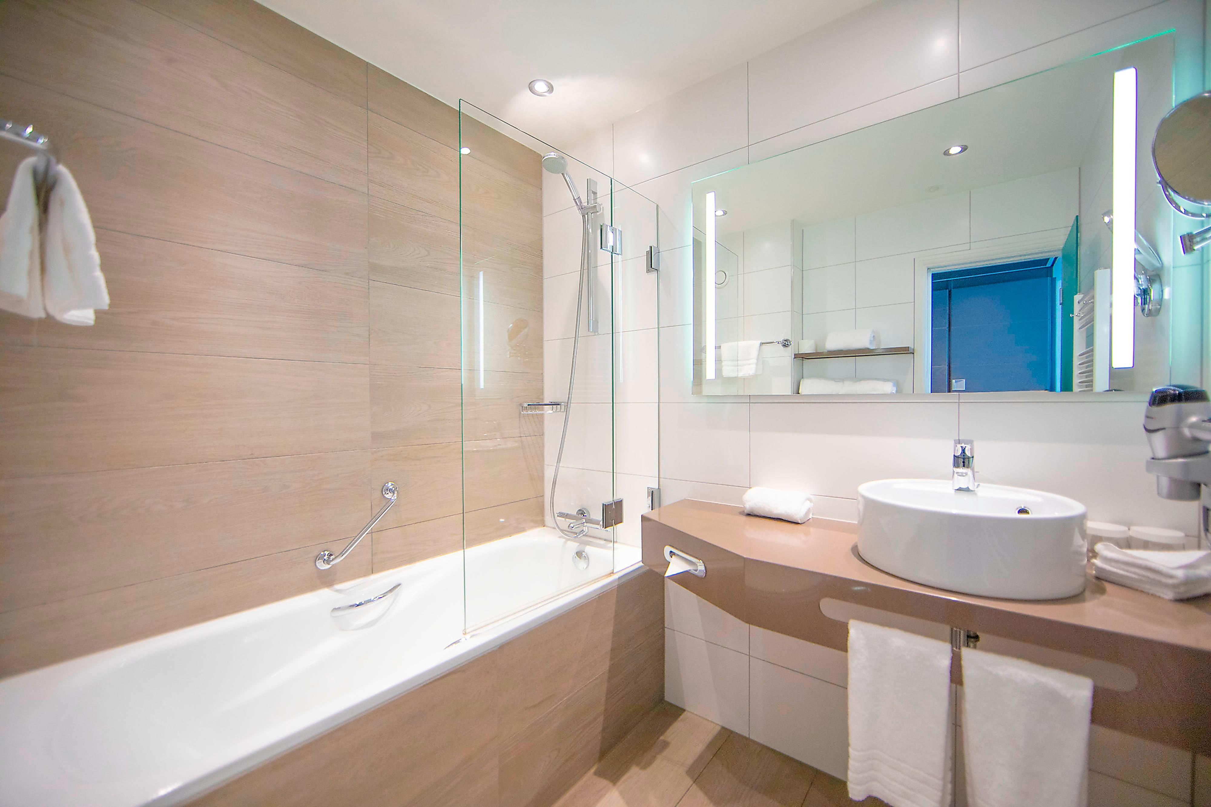 Executive Guest Bathroom - Bathtub