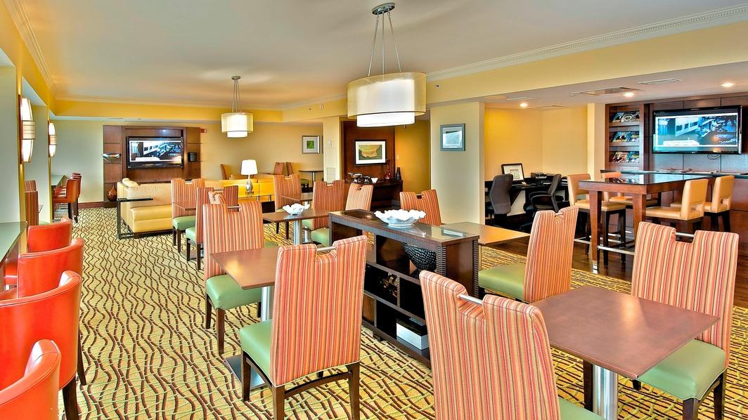 Salon avec conciergerie de l'hôtel du centre-ville d'Anchorage