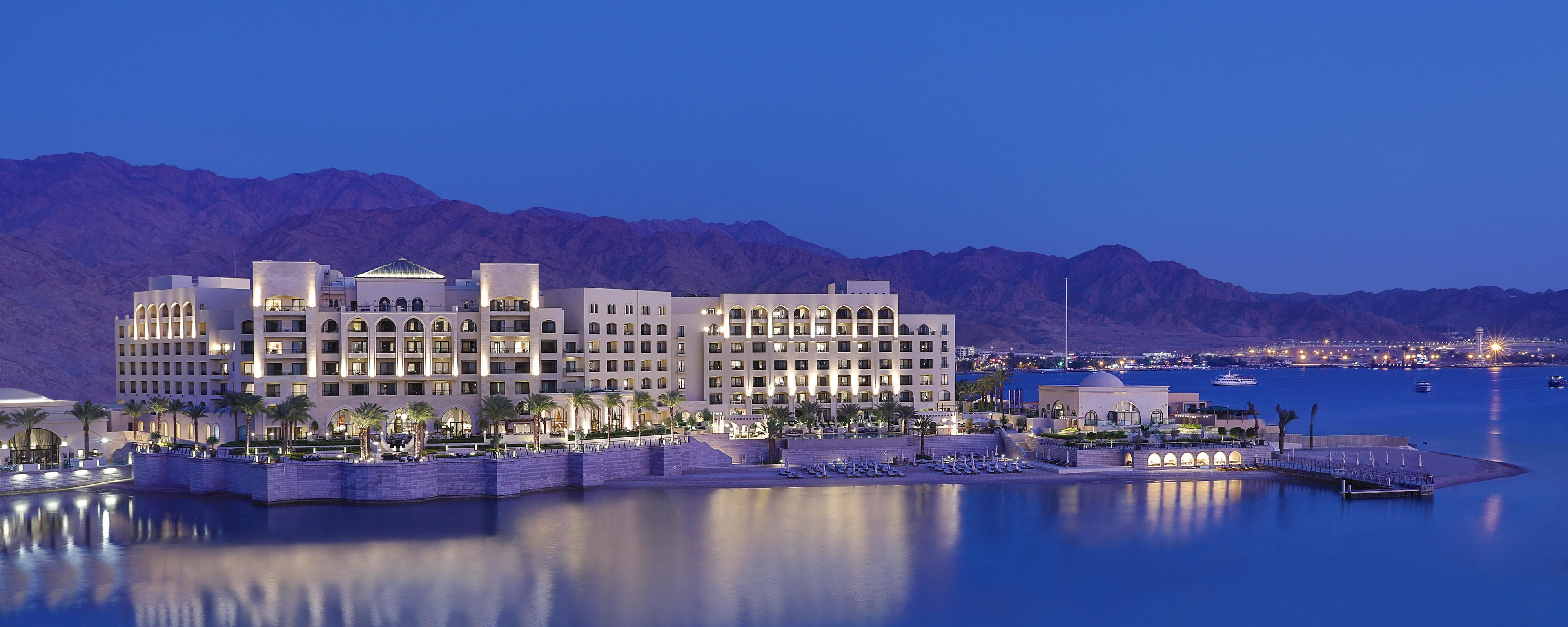 Situated on the shores of the Red Sea, Al Manara Hotel offers a variety of experiences for adventure, leisure and exploration.