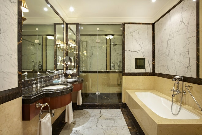 Suite - Bathroom with TV