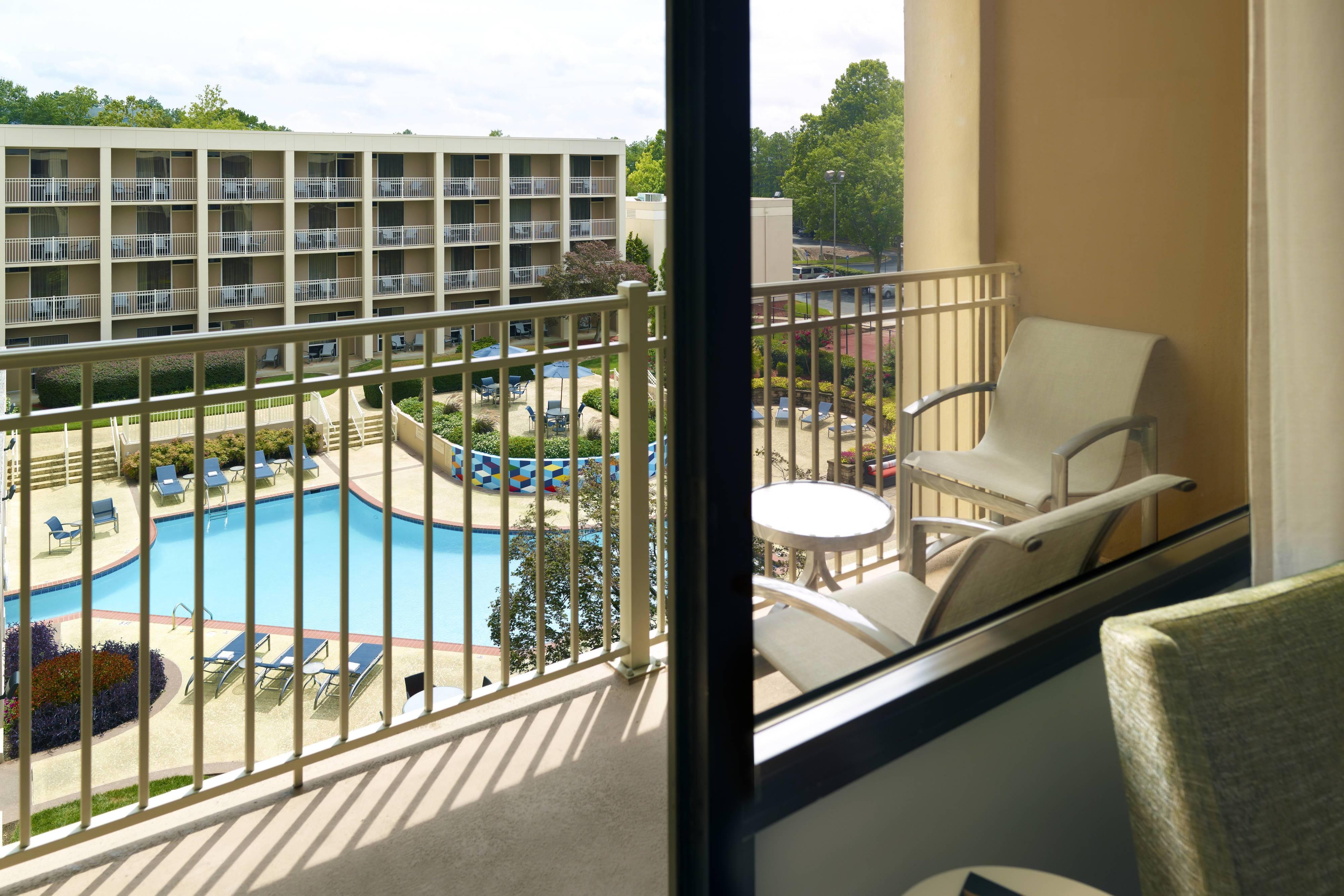 Habitación con vista a la piscina desde el balcón - Vista