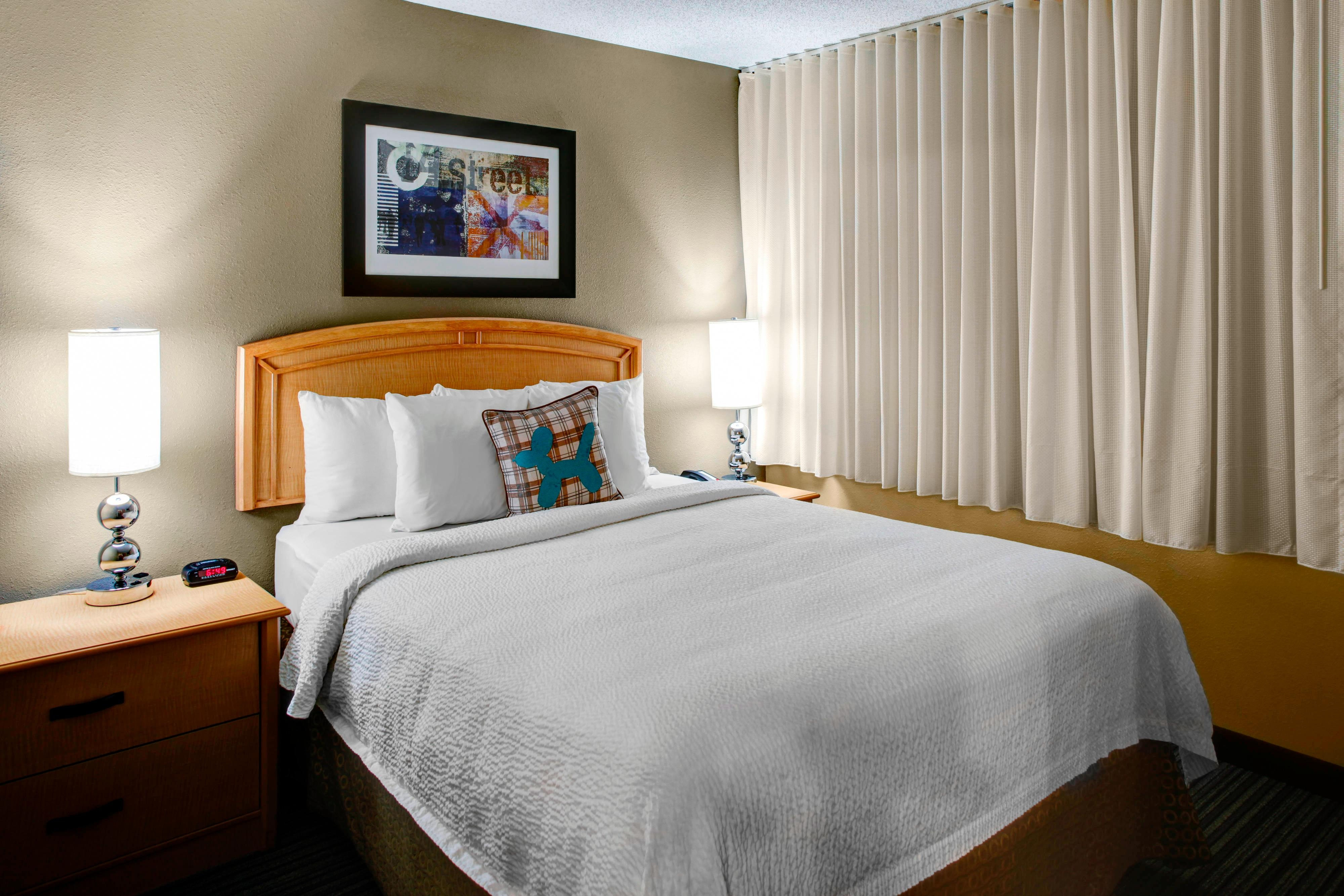 Towneplace suites atlanta buckhead hotel amenities hotel room one two bedroom suite sleeping area solutioingenieria Images