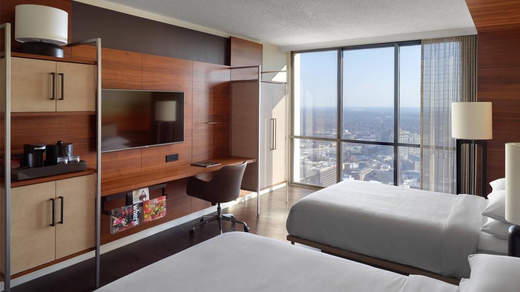 Chambre avec deux lits doubles et accès à la conciergerie