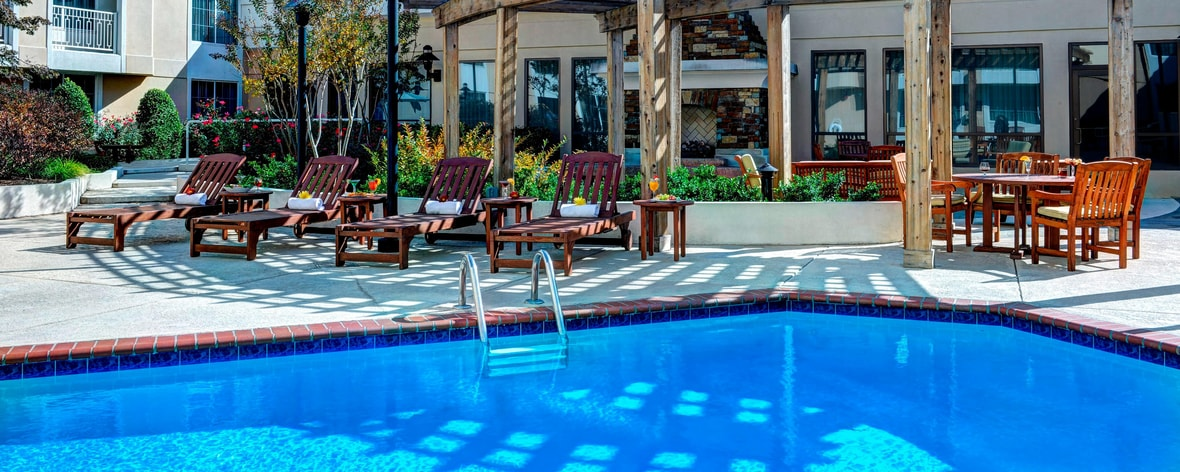 Sheraton Outdoor Pool & Courtyard