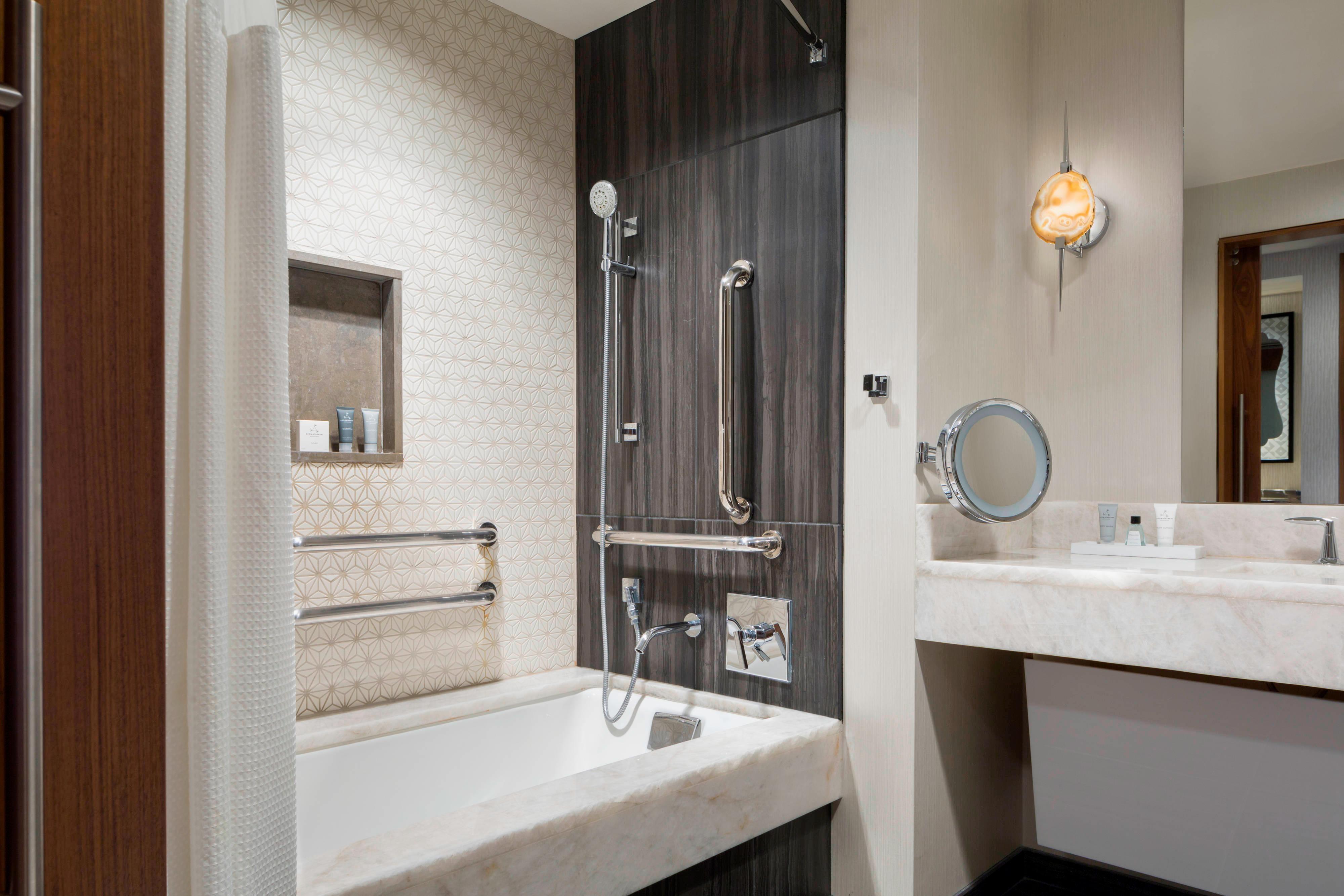 Banheiro acessível para hóspedes com mobilidade reduzida – banheira