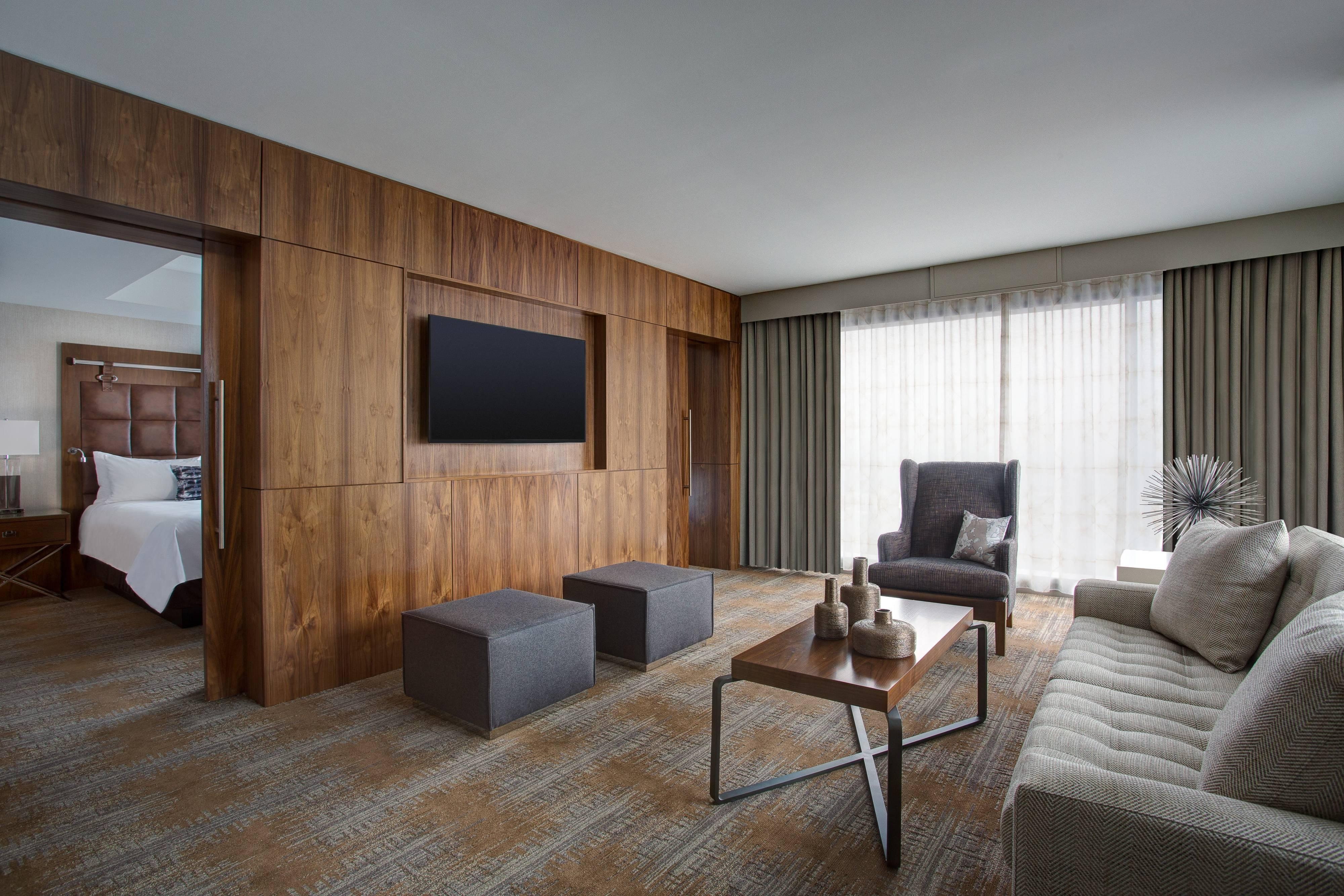 Luxury hotel rooms and suites in austin tx for Living room austin