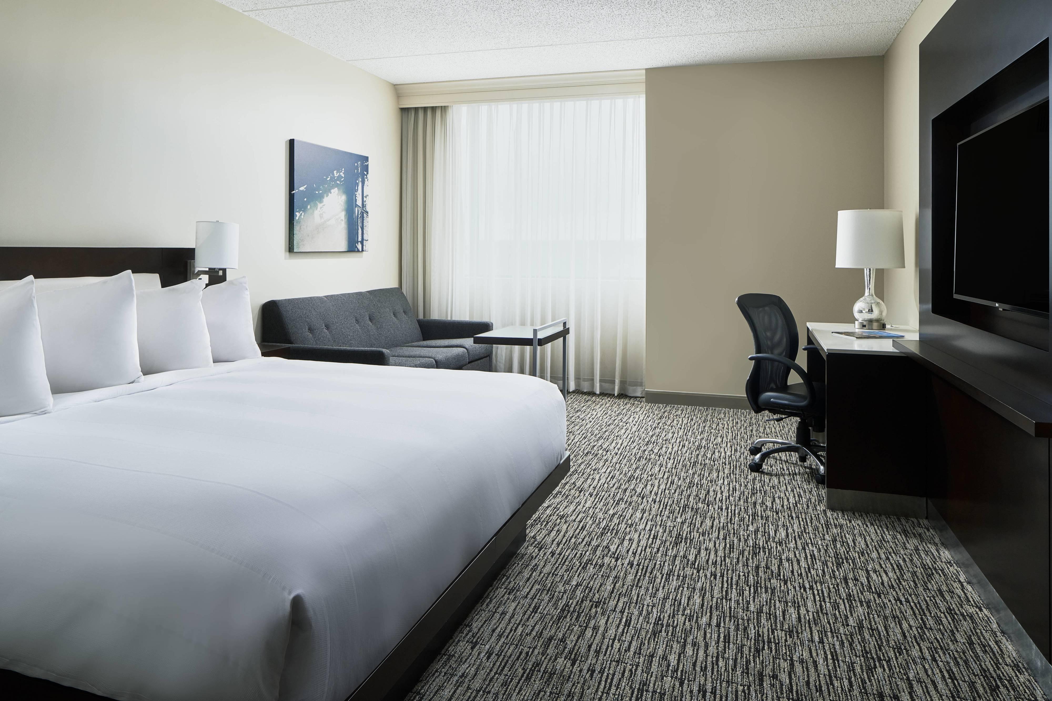 Chambre avec lit king size et canapé-lit