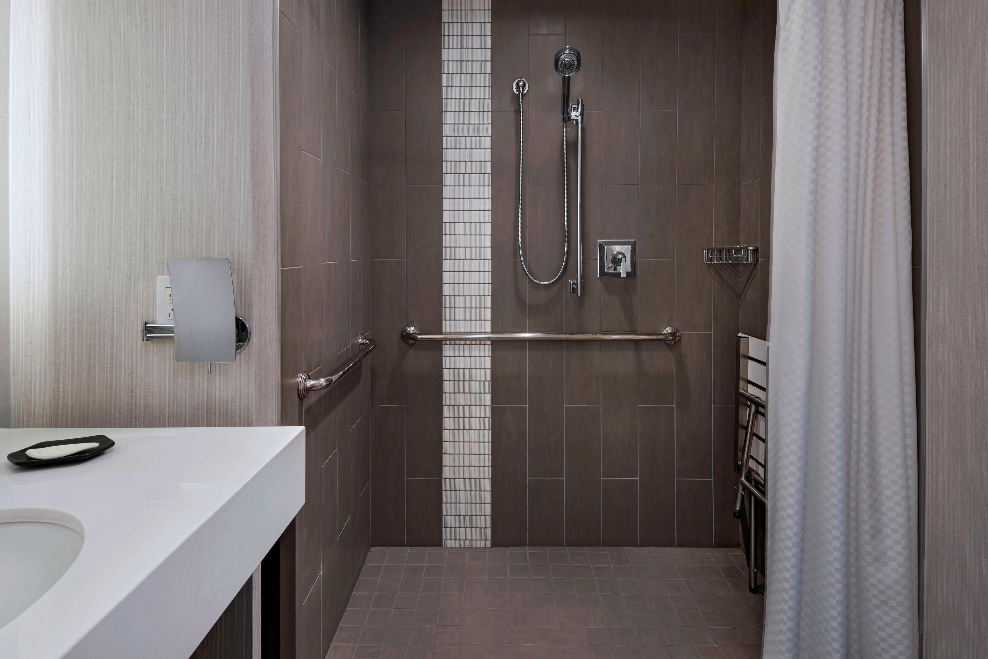 Banheiro de quarto para hóspedes com mobilidade reduzida - Chuveiro para cadeira de rodas