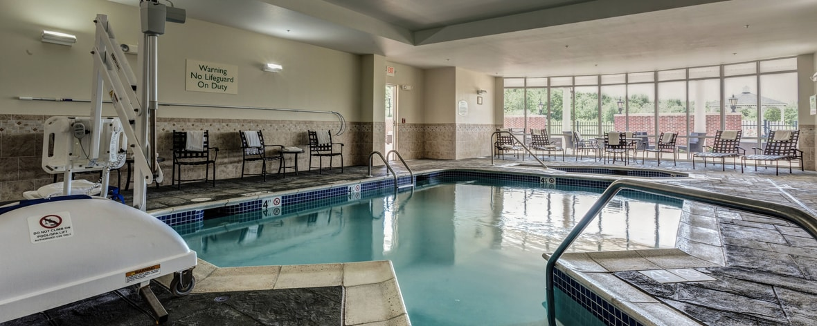 Hadley - Amhest hotel with pool.