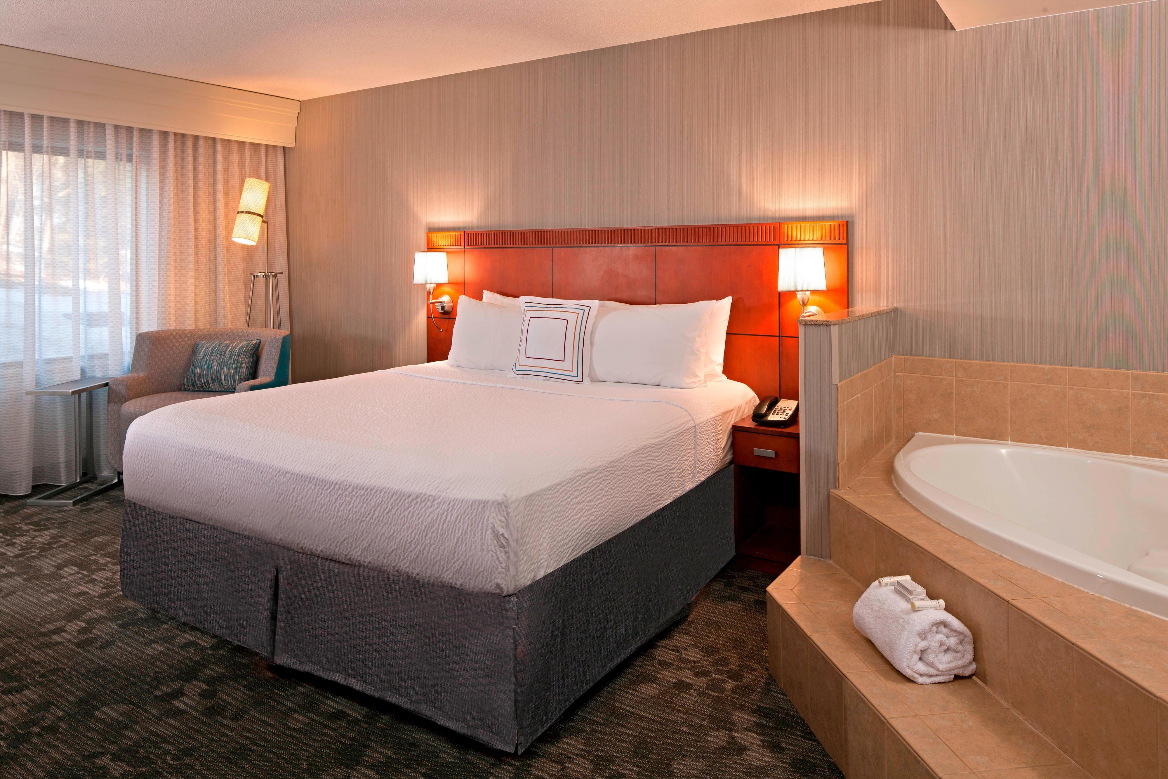 Chambre avec très grand lit et bain à remous