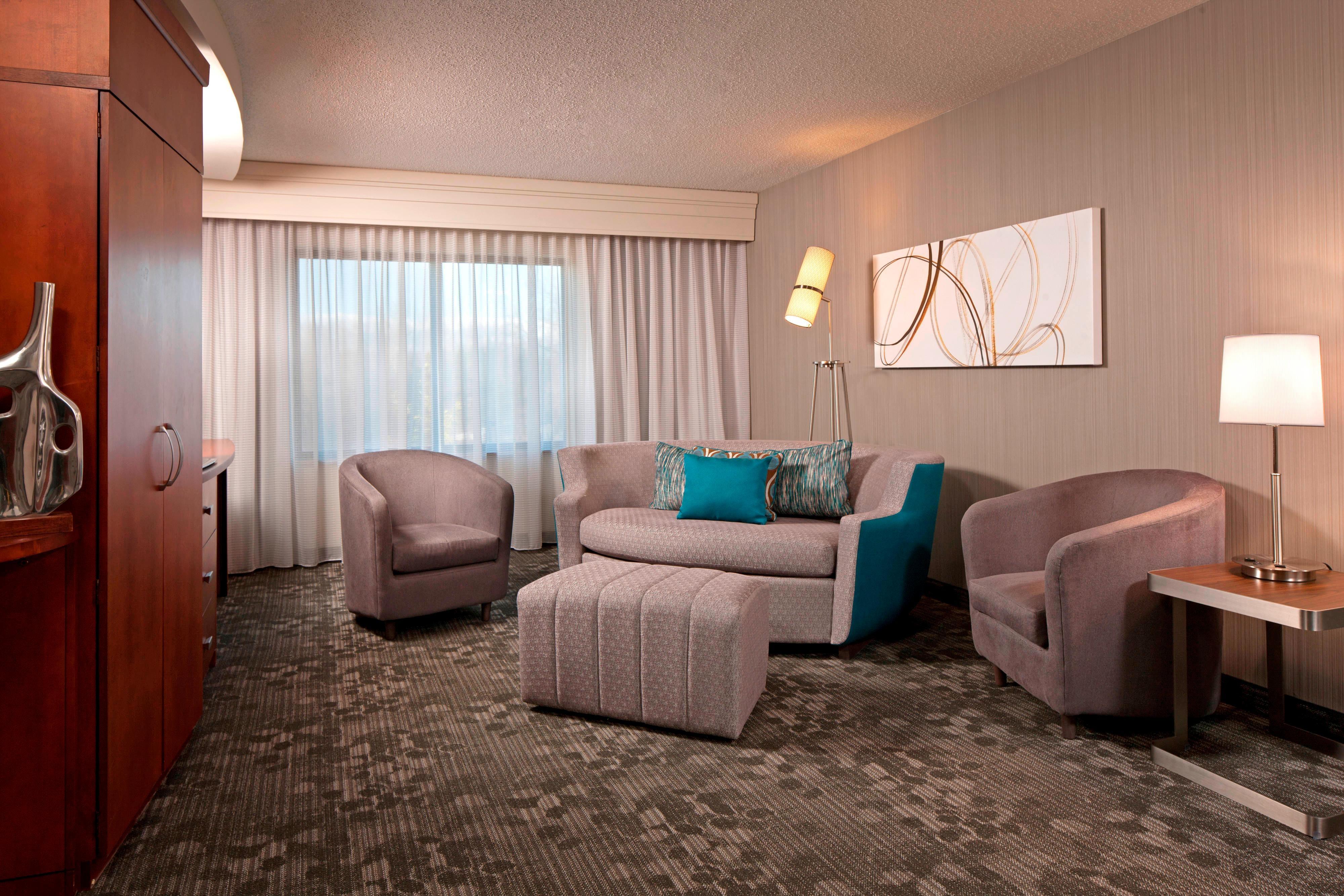 Suite avec très grand lit-coin salon
