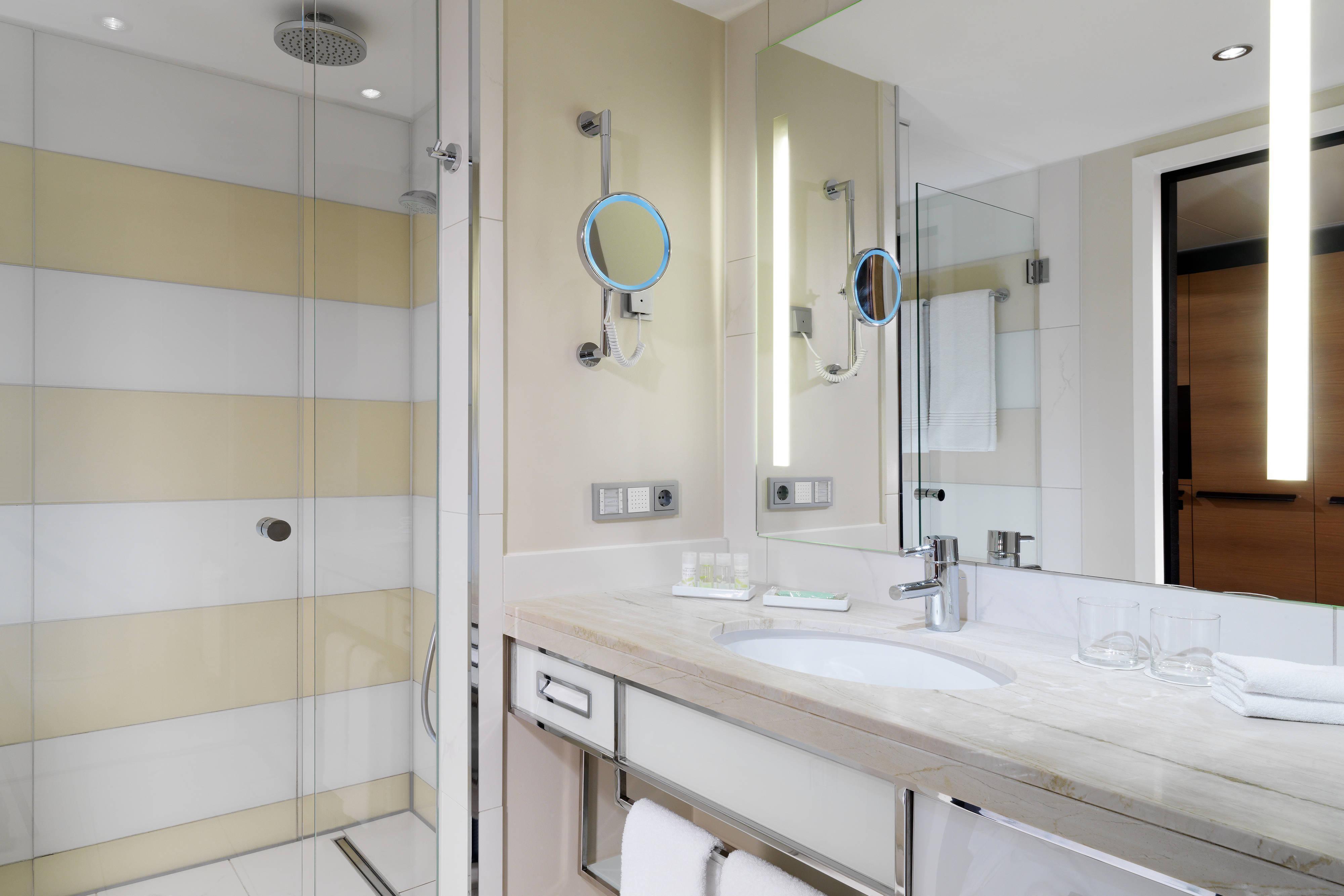 Your accomodation in Berlin Mitte - Linden Superior room bathroom