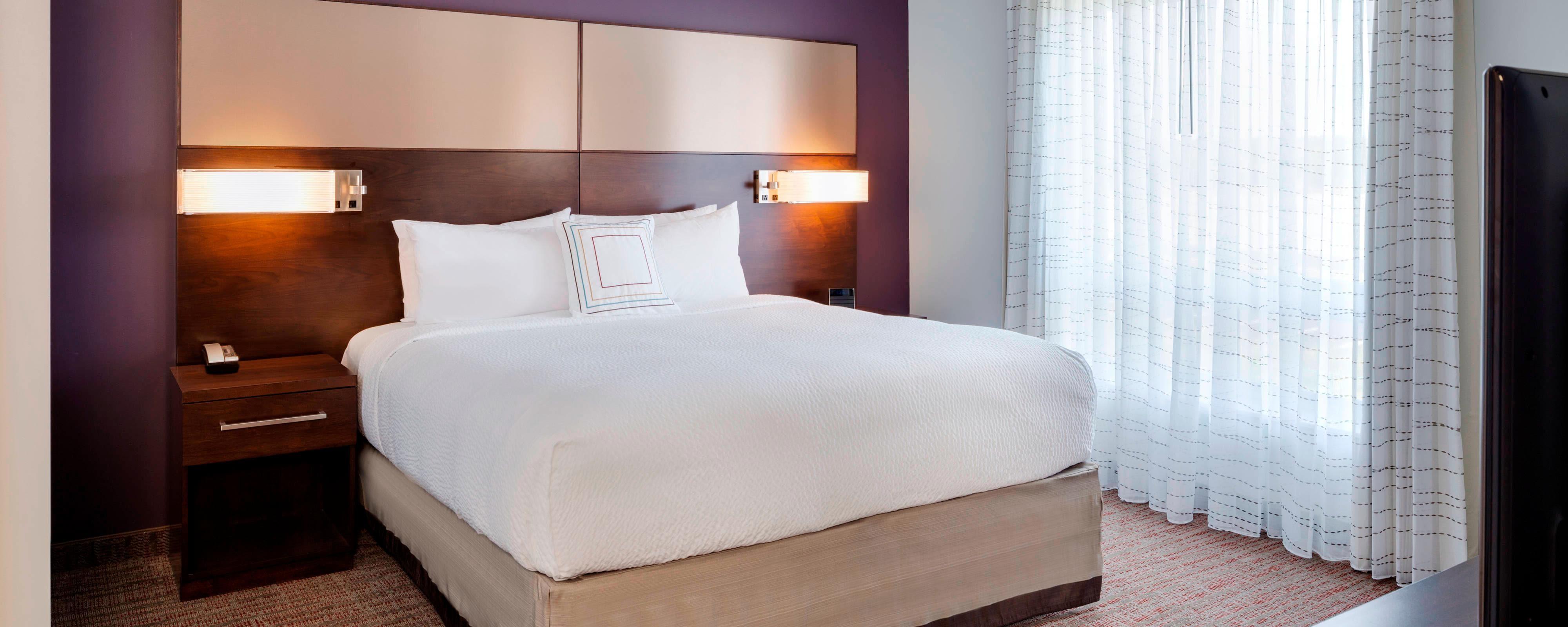 Kingsize-Bett der Suite mit einem Schlafzimmer
