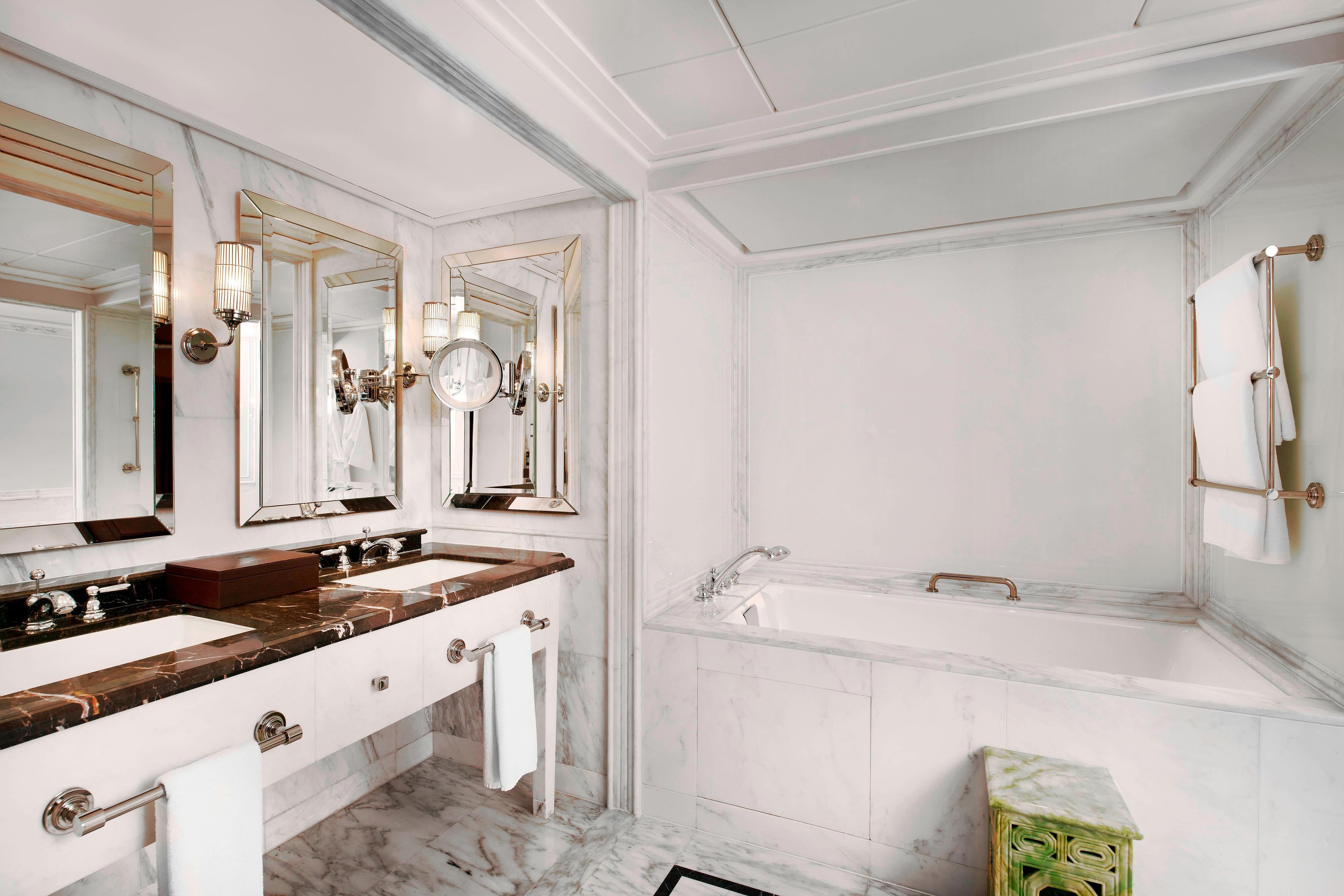 Diplomat Deluxe Room Bathroom