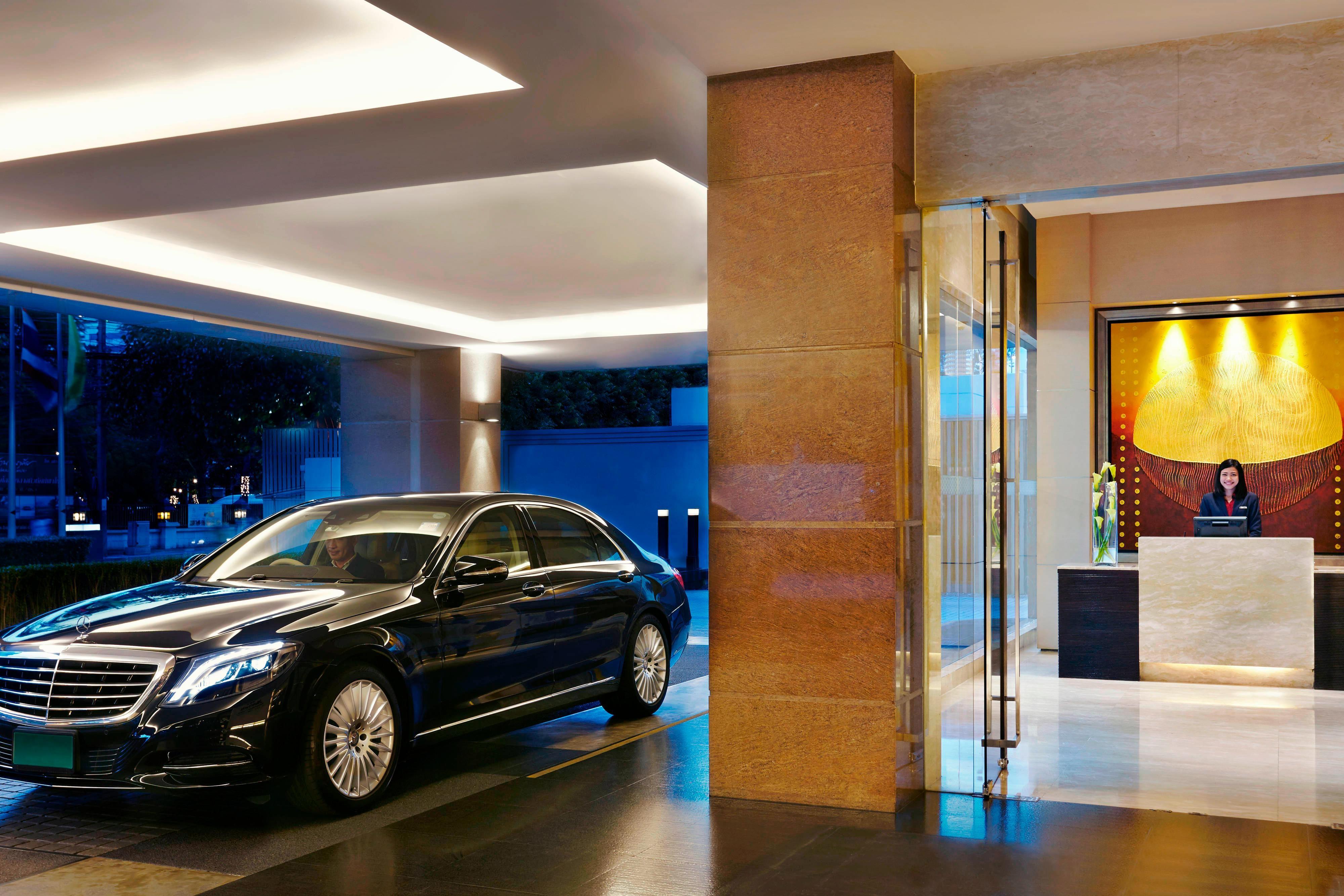 当ホテルのコンシェルジュがお客様のご到着のための準備をすべて整えています。お客様にはリムジンサービスで颯爽とご到着いただくだけ。