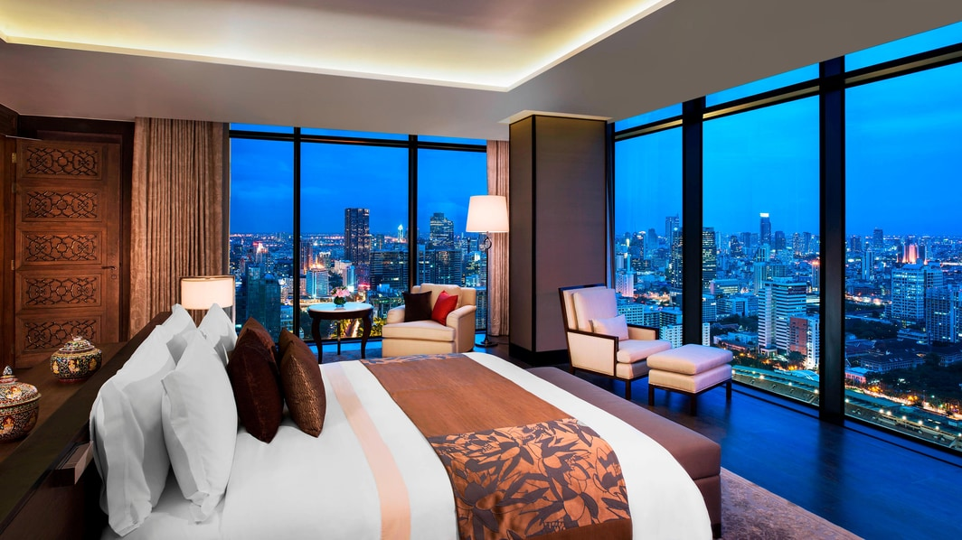 街を一望するマスターベッドルーム